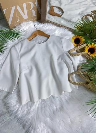 Молочная укороченая блуза с і фигурным низом