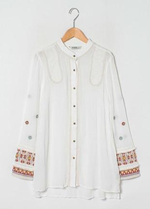 Белая рубашка с воротником стойкой и вышивкой desigual(размер 38)