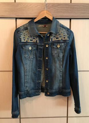 Джинсовая куртка с заклёпками