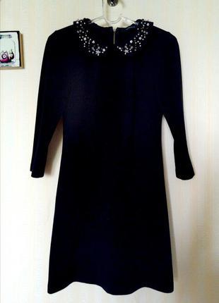 Элегантное  теплое платье с расшитым воротничком и молнией на спинке