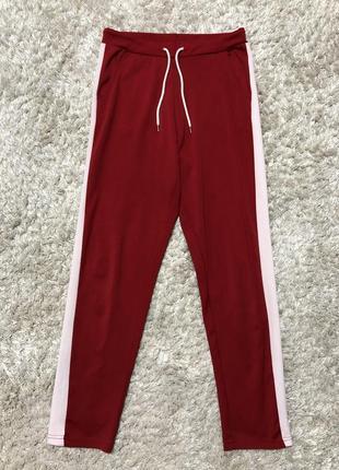 Красные спортивные штаны с лампасами