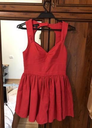 Коротка червона сукня з відкритою спиною