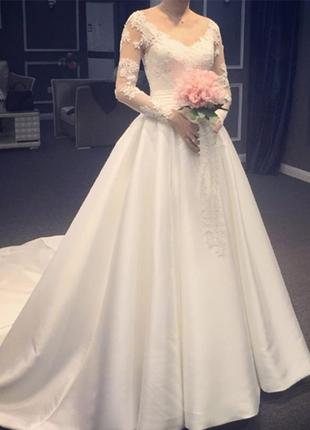 Свадебное платье с пышной юбкой из атласа,v-вырезом,длиным рукавом св-70575
