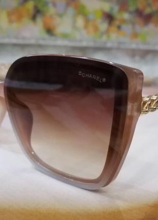 Стильные нюдовые солнцезащитные очки с  цепью