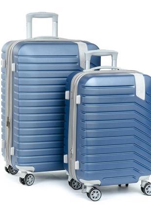 Комплект из двух чемоданов,выполненный из ударопрочного abs пластика.