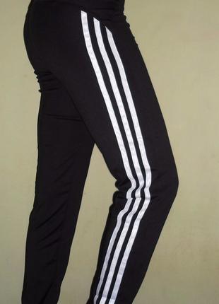 Спортивные штаны на манжетах с лампасами