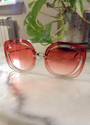 Крутые солнцезащитные очки.