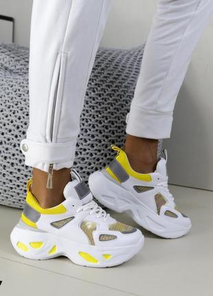 Стильные белые кроссовки на подошве
