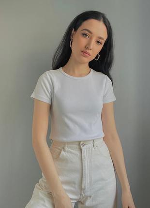Белая плотная футболка в рубчик