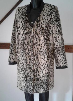 Стильное меховое пальто с кожаными краями