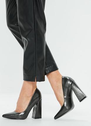 Туфли серые, острый носок, лакированные, металлический, толстый квадратный каблук