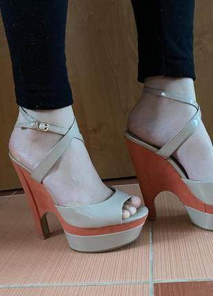 Женские бежевые босоножки на каблуке (платформе)