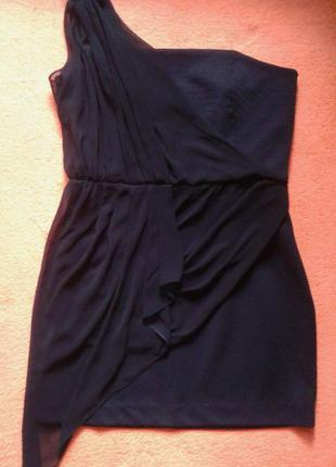 Вечернее платье на одно плечо.