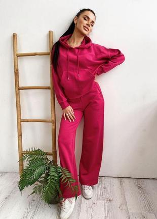 Модный прогулочный костюм с брюками-палаццо