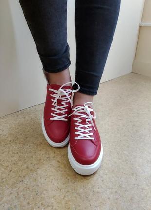 Яркие кожаные кроссовки
