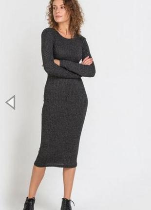 Тёмно-серое вязанное платье по фигуре длины миди