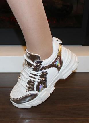 Женские белые кроссовки с серебристыми вставками