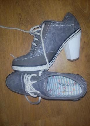 Новые спортивные ботиночки на каблуке.