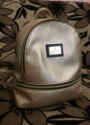 Рюкзачок золотистого цвета