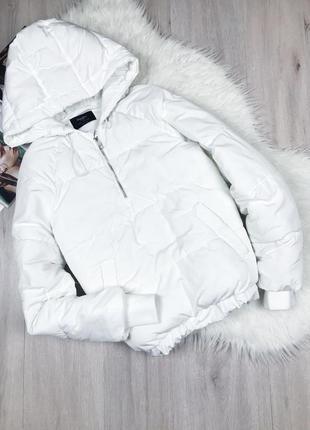 Белая куртка анорак пуффер с капюшоном от bershka