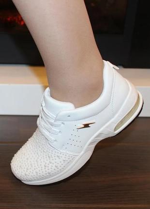 Стильные женские белые кроссовки с камнями с жемчугом