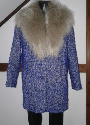 Красивое пальто с мехом прямого кроя .