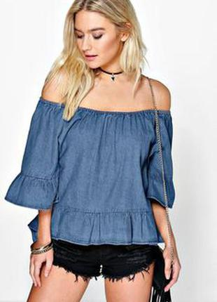 Джинсовая рубашка с открытыми плечами.