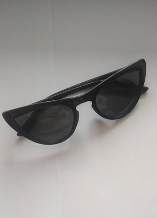 Черные стильные солнцезащитные очки кошачий глаз.