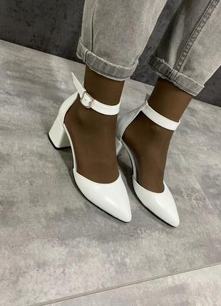 Кожаные белые женские туфли на каблуке