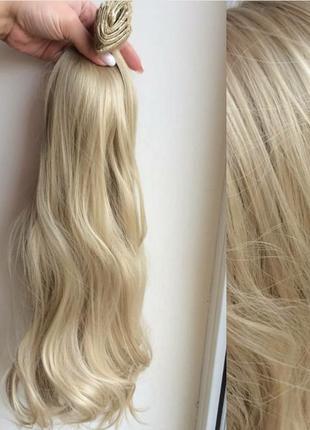 Волосы на заколках блондинки