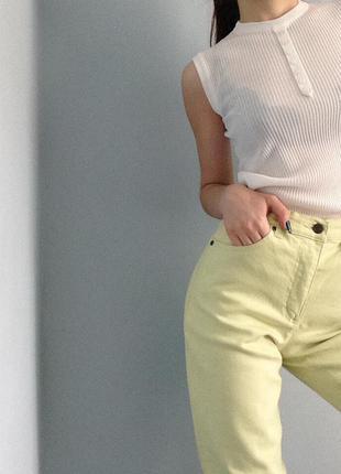 Желтые штаны на высокой посадке