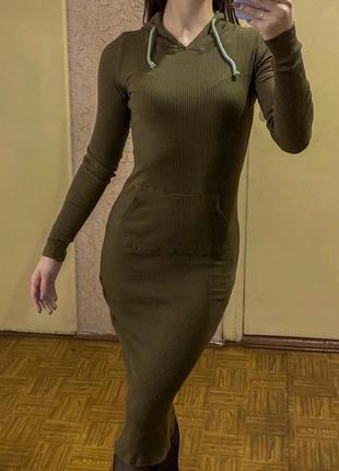 Облегающее спортивное платье миди с капюшоном хаки