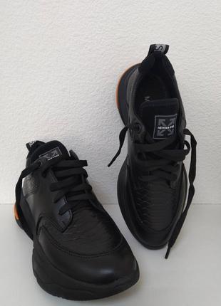 Стильные кожаные кроссовки на толстой подошве