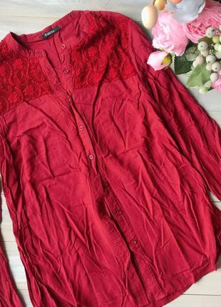 Красива червона сорочка