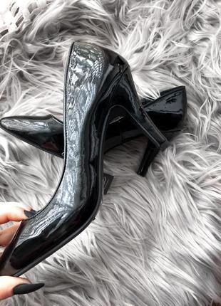 Классические лаковые туфли лодочки