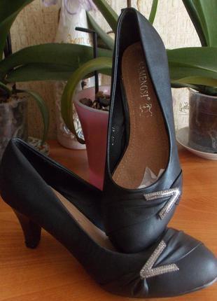 Продам новые туфли 37р