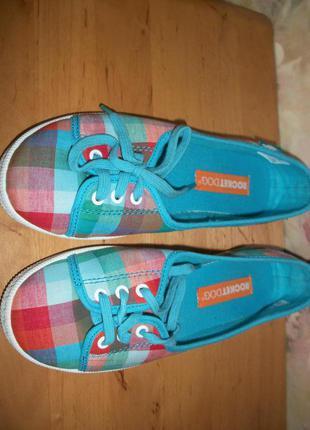Яркие тапки на шнурках