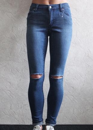 Модные джинсы с заводскими дырками