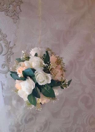 Квіткова куля зі штучних квітів біла
