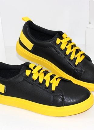 Стильные женские черные кеды на желтой подошве