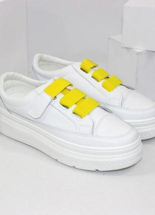 Стильные женские белые кроссовки криперы на желтой липучке