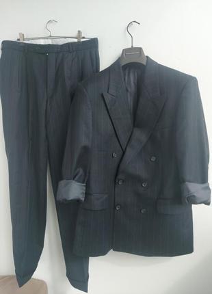 Шерстяной костюм с двубортным пиджаком и брюками с защипами