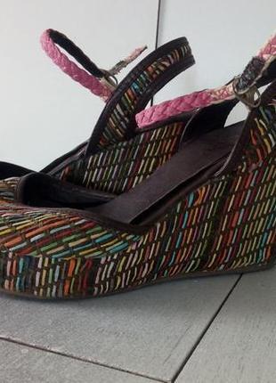 Босоножки на танкетке с дизайном плетения разноцветные