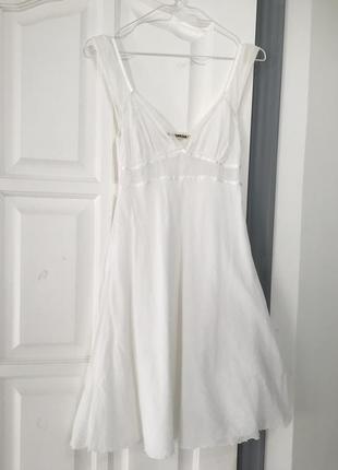 Нежное белое платье с кружевной отделкой
