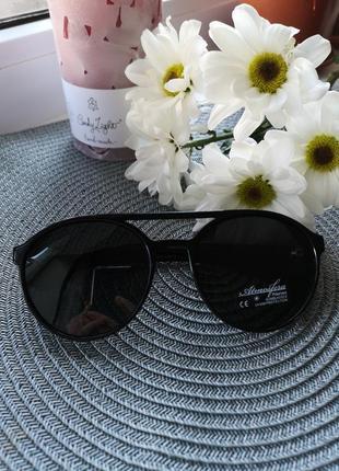 Стильные женские солнцезащитные очки.