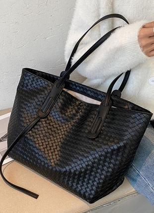 Вместительный черный шоппер с модным плетением!