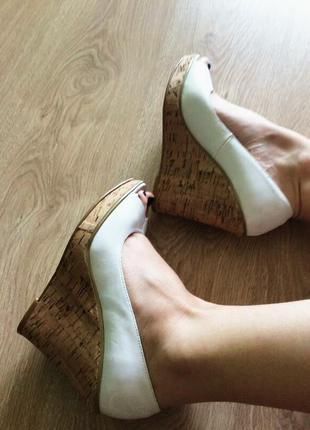 Туфли с открытым носком на платформе