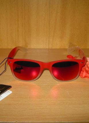 Стильные солнцезащитные очки с зеркальным напылением новые.