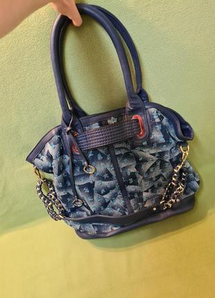 Большая мягкая джинсовая женская сумка синего цвета на молнии через плечо с потертостями