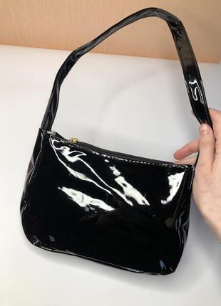 Лаковая сумка багет черная